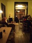 Interieur café met stalen ramen en veranda