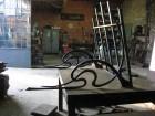 Smeedijzeren luifel tijdens montage in atelier