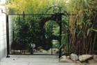 Poortje en hek rond tuinvijver