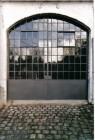 Grote atelierpoort, glas aan beide kanten gemastiekeert